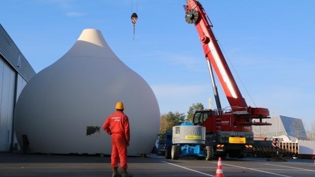 photo le plus grand des cinq dômes a dû être sorti de l'atelier devenu trop petit pour l'assemblage des différentes pièces. © patrick certain/ouest-france