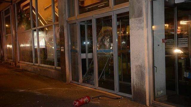 photo la vitre d'entrée de la mairie a été brisée lundi soir lors de la manifestation des opposants à l'aéroport. © marc roger