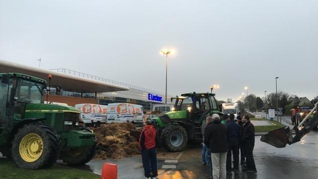 Crise Agricole Les Blocus Continuent Dans Les Grandes