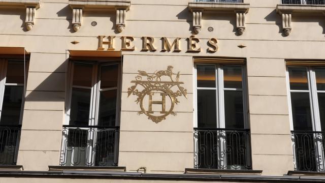 b2f3ba75f6 photo hermès, célèbre dans le monde entier pour ses carrés de soie et ses  sacs