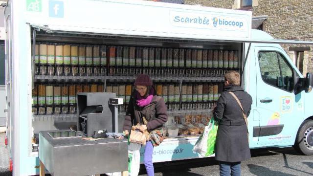 photo le samedi, la vrac'mobile se tient sur le marché de vern-sur-seiche, l'occasion de tester des produits bio et locaux. © ouest-france