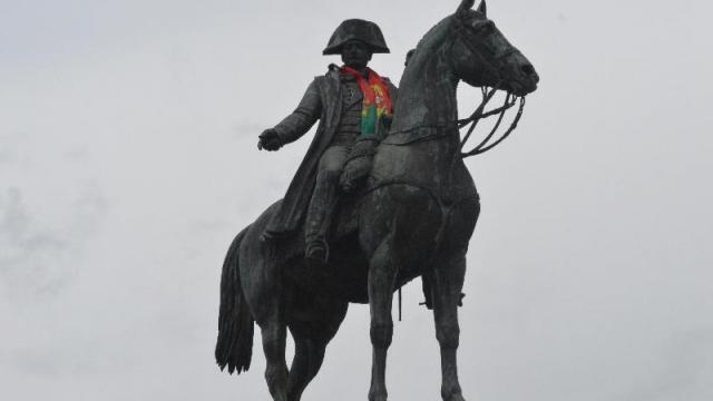 super pas cher nouveau concept grosses soldes Insolite. La statue Napoléon aux couleurs du Portugal à La ...
