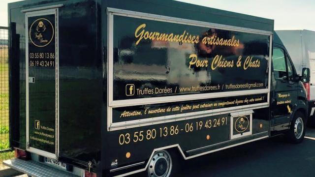 photo le food truck truffes dorées sillonnent les routes de moselle à la rencontre des chiens et des chats. © www.facebook.com/truffesdorees