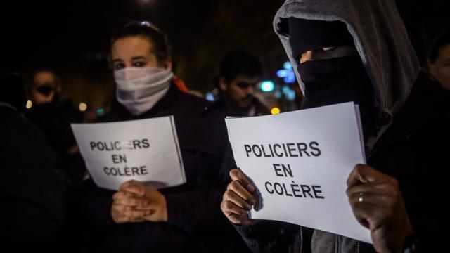 photo nouvelle manifestation des policiers, samedi soir à paris. le bras de fer avec le gouvernement ne faiblit pas © maxppp