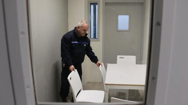photo une cabine du nouveau parloir : une table, quatre chaises en plastique, deux hublots par lesquels les surveillants jettent, régulièrement et toujours discrètement, un coup d'œil. © ouest-france