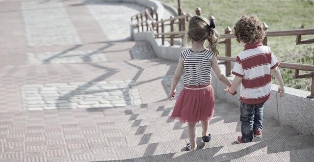 Deux bambins s\'échappent du centre de loisirs pour prendre le ...