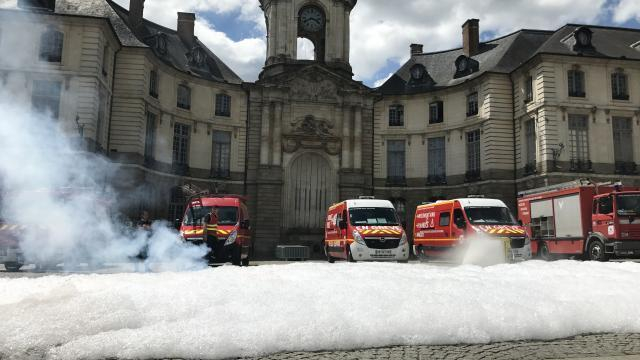 photo la mousse a envahi les pavés de la place de la mairie © ouest-france