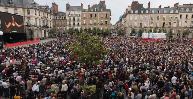 photo entre la mairie de rennes et l'opéra, un écran géant et 7 000 spectateurs qui ont vibré avec carmen.