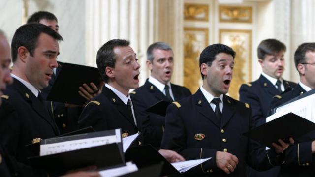 photo le chœur de l'armée française rassemble une trentaine de choristes ainsi que des musiciens. © dr