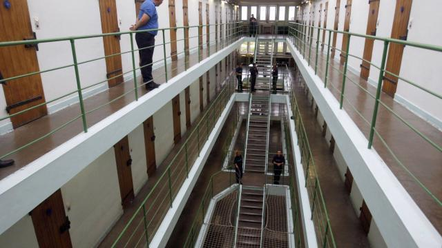 Témoignages de détenus et danciens prisonniers.