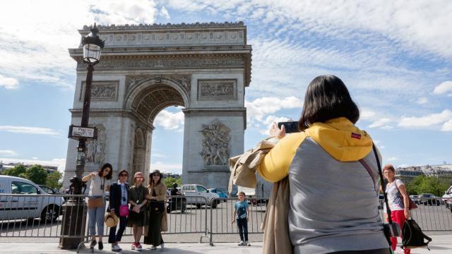 photo des touristes à proximité de l'arc de triomphe. © daniel fouray, ouest-france