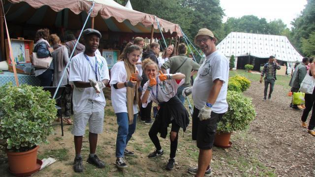 photo au village du festival, apprenez à trier avec les valises ludiques de  l'association pour le développement durable. © fabienne richard