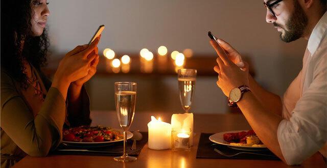 photo un restaurant interdit à ses clients d'utiliser leur portable.