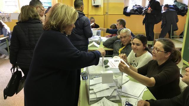 En catalogne les bureaux de vote sont pris d assaut info