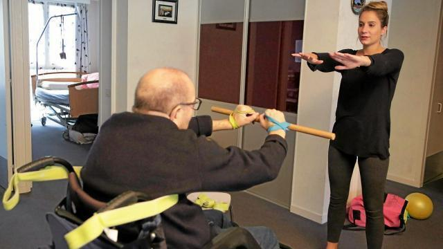photo margaux assiste jacques dans ses exercices qui, répétés depuis plus d'un an, lui ont « rendu de la confiance. » © glen recourt