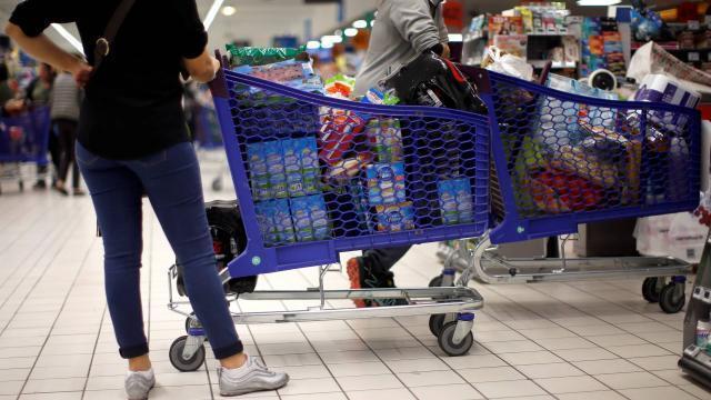 photo la grande distribution s'engage à vérifier aux caisses qu'aucune boîte de lait infantile contaminée ne soit vendue. © reuters