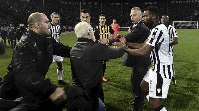 photo après un but refusé pour les locaux le propriétaire du club est descendu sur la pelouse pour menacer l'arbitre. © afp