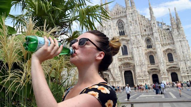 photo l'été sera plus chaud que la moyenne sur une partie de l'europe, notamment sur le bassin méditerranéen (ici, une touriste se désaltérant devant la cathédrale de milan, en italie). © daniel dal zennaro / epa-maxppp