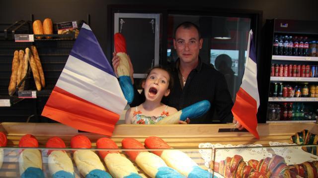 photo christophe guesdon et sa fille, lena, présentent les baguettes bleues, blanches et rouges. © ouest-france
