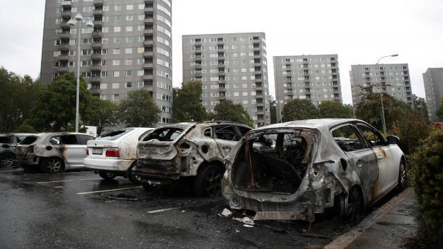 suède. près de 80 voitures brûlées à göteborg, deux personnes