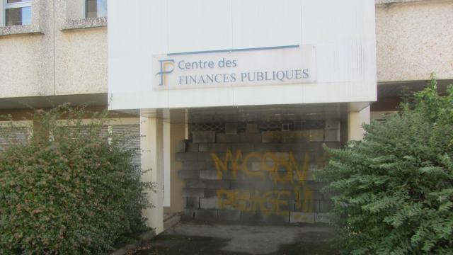 photo vendredi matin 30novembre, l'accès au centre des finances publiques était impossible. un mur de parpaings bouchait l'entrée. © ouest-france
