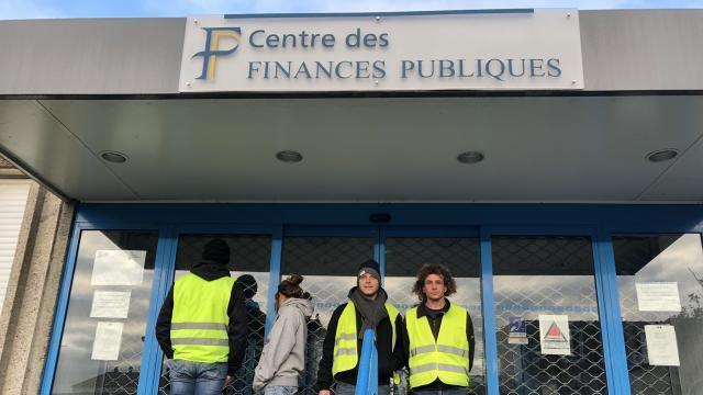 Granville Des Gilets Jaunes Bloquent Le Centre Des Impots