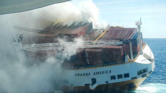 photo le violent incendie du grande america se serait déclaré d'abord dans le garage, puis dans l'un des 365 conteneurs. © dr/marine nationale