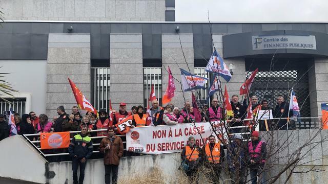 photo une soixantaine d'agents sont présents devant le centre des finances publiques à vannes. © ouest-france