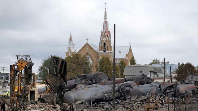 photo en juillet 2013, un convoi de wagons-citernes chargés de pétrole a déraillé et a explosé en plein centre de la petite ville de lac-mégantic au québec, faisant 47 morts. © mathieu belanger / reuters