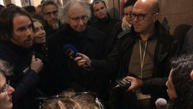 photo manon aubry, à droite, face aux militants mécontents de ne pouvoir participer au meeting de mélenchon, complet, à caen. © ouest-france