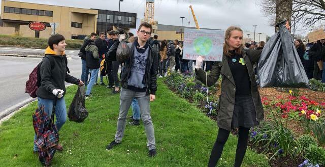 photo la manifestation et le ramassage des déchets devant l'entreprise bigard.