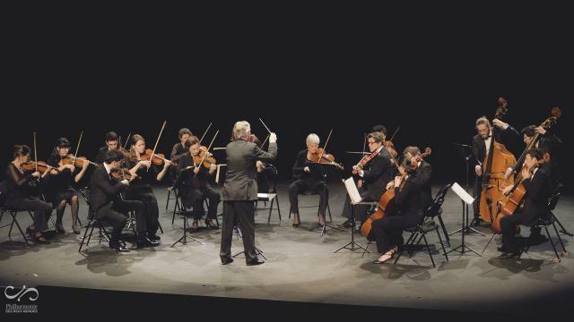 photo l'orchestre à cordes de la philharmonie des deux mondes, sous la baguette du chef d'orchestre philippe hui. © ouest-france