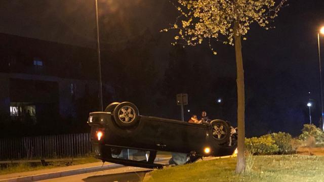 photo ce soir au rheu, une voiture s'est retrouvée sur le toit, après avoir heurté un trottoir. © ouest-france