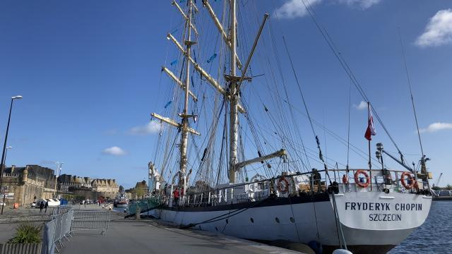 Saint Malo Un Magnifique Voilier S Amarre Dans Le Port Saint Malo Maville Com