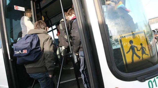 Normandie Oubliée Dans Le Bus La Fillette Sort Par La Fenêtre