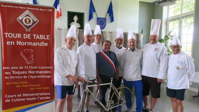Près De Caen A Vélo Des Chefs Normands Parcourent Les Plages Du
