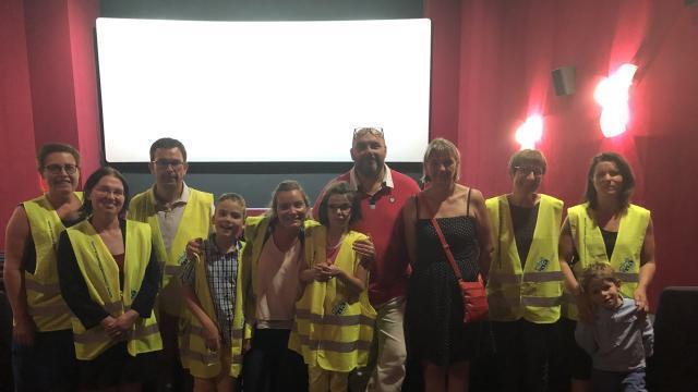 Photo les membres de loisirs pluriel en jaune investissent, tous les deux mois, l'Aurore cinéma pour une séance adaptée aux personnes handicapées. © ouest-france