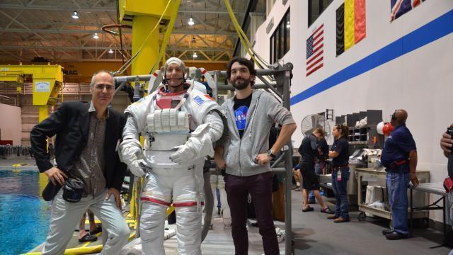 photo thomas pesquet au centre spatial de la nasa à houston (etats-unis), entouré des deux réalisateurs jürgen hansen (à gauche) et pierre-emmanuel le goff (à droite). © la vingt-cinquième heure / prospect tv