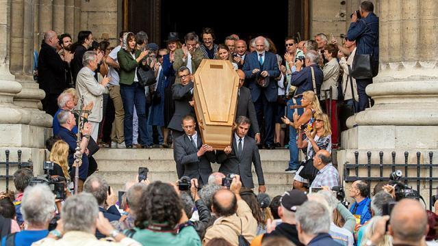photo le cercueil du réalisateur jean-pierre mocky est porté hors de l'église saint-sulpice à paris, le 12 août 2019. © christophe petit tesson / epa / maxppp