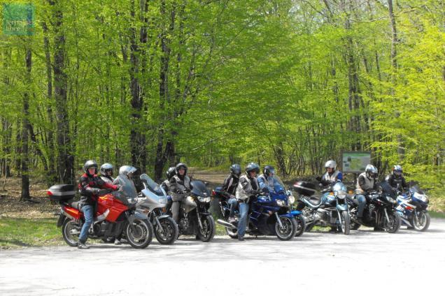 photo seul ou en groupe, les balades moto en sarthe offrent des paysages très diversifiés. © le maine libre