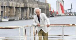 Actu sortie entre deux périples autour du monde, patrick deville habite saint-nazaire (loire-atlantique), où il dirige la maison des écrivains étrangers.