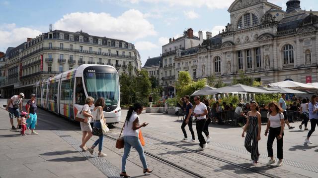 photo le tramway à angers. 53?% des sondés affirment être prêts à «?ne plus utiliser de véhicules individuels?» © photo d'illustration ouest-france / eddy lemaistre