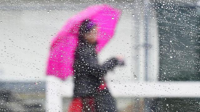 photo la pluie fera son retour dans l'après-midi par la pointe bretonne et le cotentin. © frederic j. brown / afp