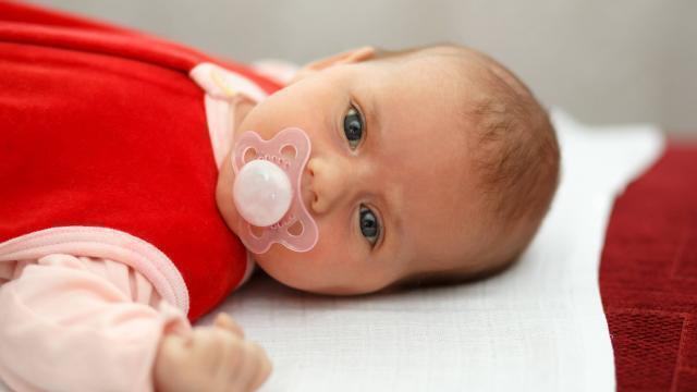 photo un nouveau né avec une tétine (photo d'illustration). © fotolia