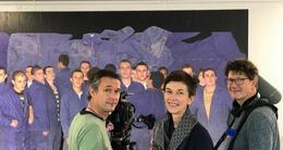 actu cinéma l'équipe du film documentaire «la vie en bleus», la réalisatrice bernadette bourvon, entourée de jean-christophe cheneau, cameraman et patrice dodin, preneur de son, devant une photo d'arnaud théval à saint-nazaire.