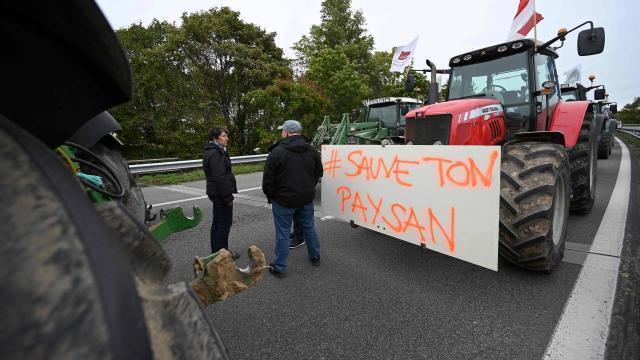 photo depuis 11 h, ce mardi, des agriculteurs bloquent des routes à travers la france (ici, à strasbourg). © frederick florin/afp