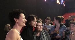 actu cinéma charlotte gainsbourg s'est prêtée lundi soir au gaumont au jeu des photos et des autographes.
