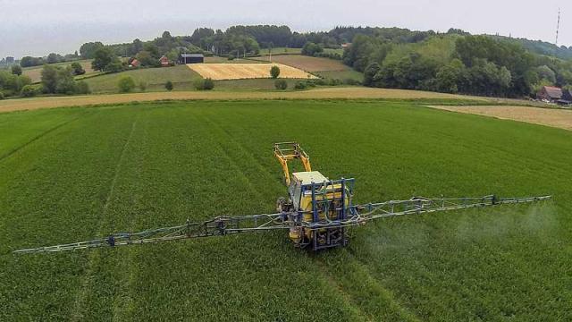 photo epandage de pesticides dans un champ du nord de la france (photo d'illustration). © philippe huguen / afp