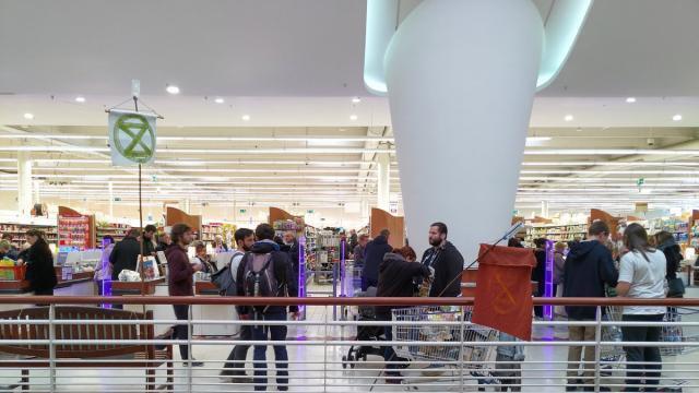 Caen. De jeunes écologistes interpellent les clients d'un supermarché - maville.com