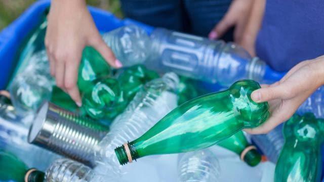 photo le gouvernement vise 77% de collecte pour recyclage des bouteilles en plastique en 2025. © fotola